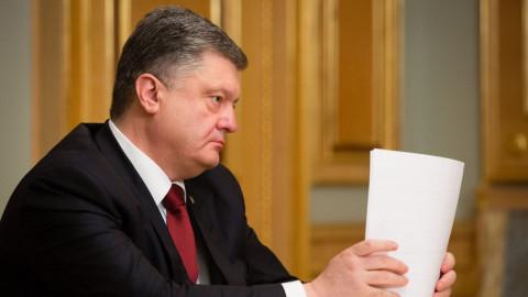 Петр Порошенко и бутыль взрывают соцсети