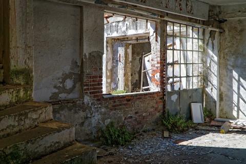 Школьницу изнасиловали в заброшенном здании