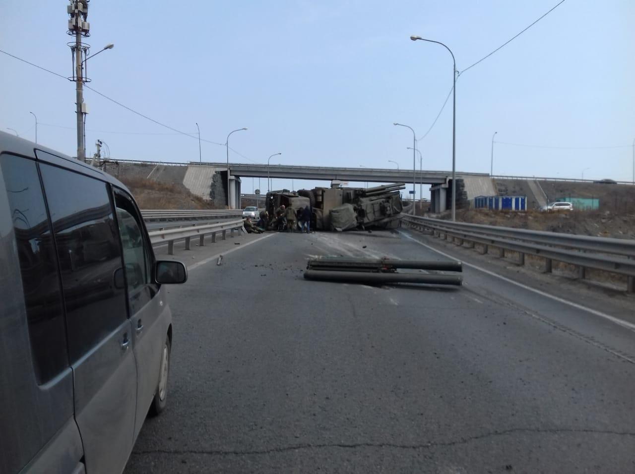 Перевернувшийся КамАЗ перекрыл трассу во Владивостоке