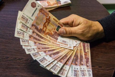Работникам важного предприятия начали выдавать долги