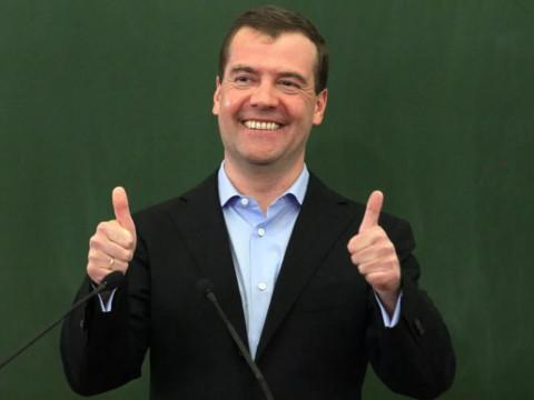 «Денег нет, но вы держитесь»: Медведев породил опасный феномен