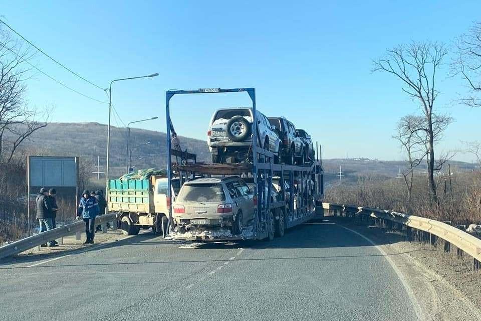 С объездной не съехать: автовоз перегородил трассу