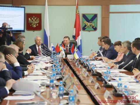 Поправки в Конституцию обсудили на парламентской площадке