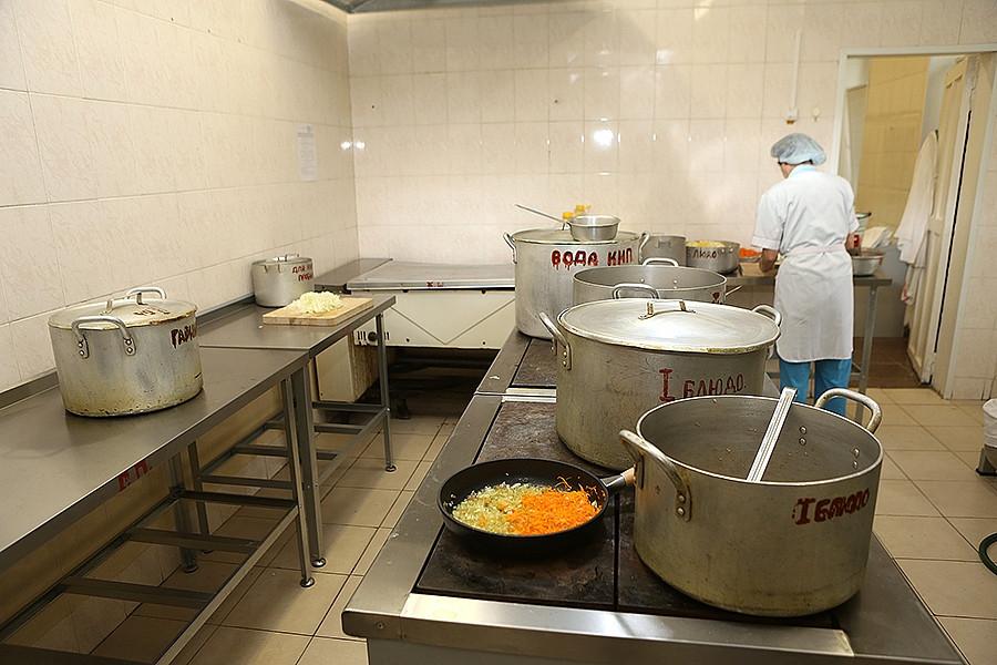 Школьников бесплатно накормят горячим хотя бы раз в день
