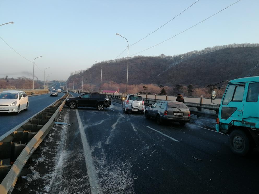 «Все стоит колом» - ДТП заблокировало выезд из Владивостока