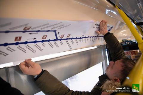 Наклейки с английскими названиями остановок появились в автобусах Владивостока