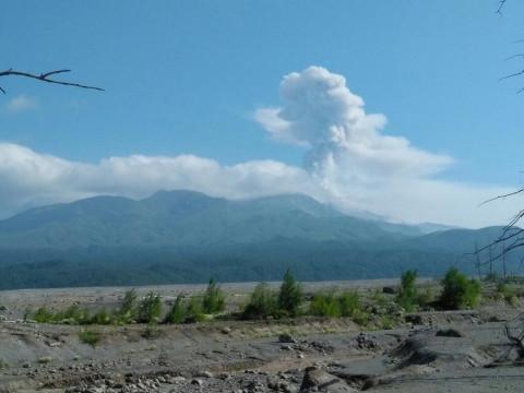 Спасатели эвакуировали экстремалов с вулкана на Камчатке