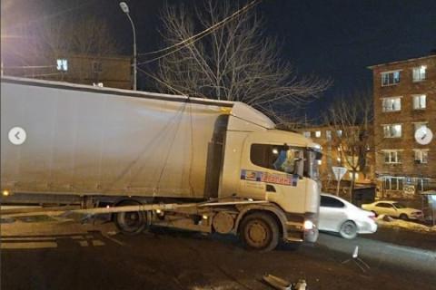 Дорожное бедствие: грузовик переломал леера, снес столб и порвал провода