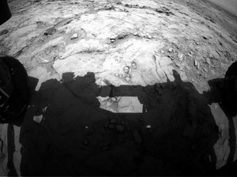 Инженеры починили застрявший в Марсе марсоход ударом лопаты