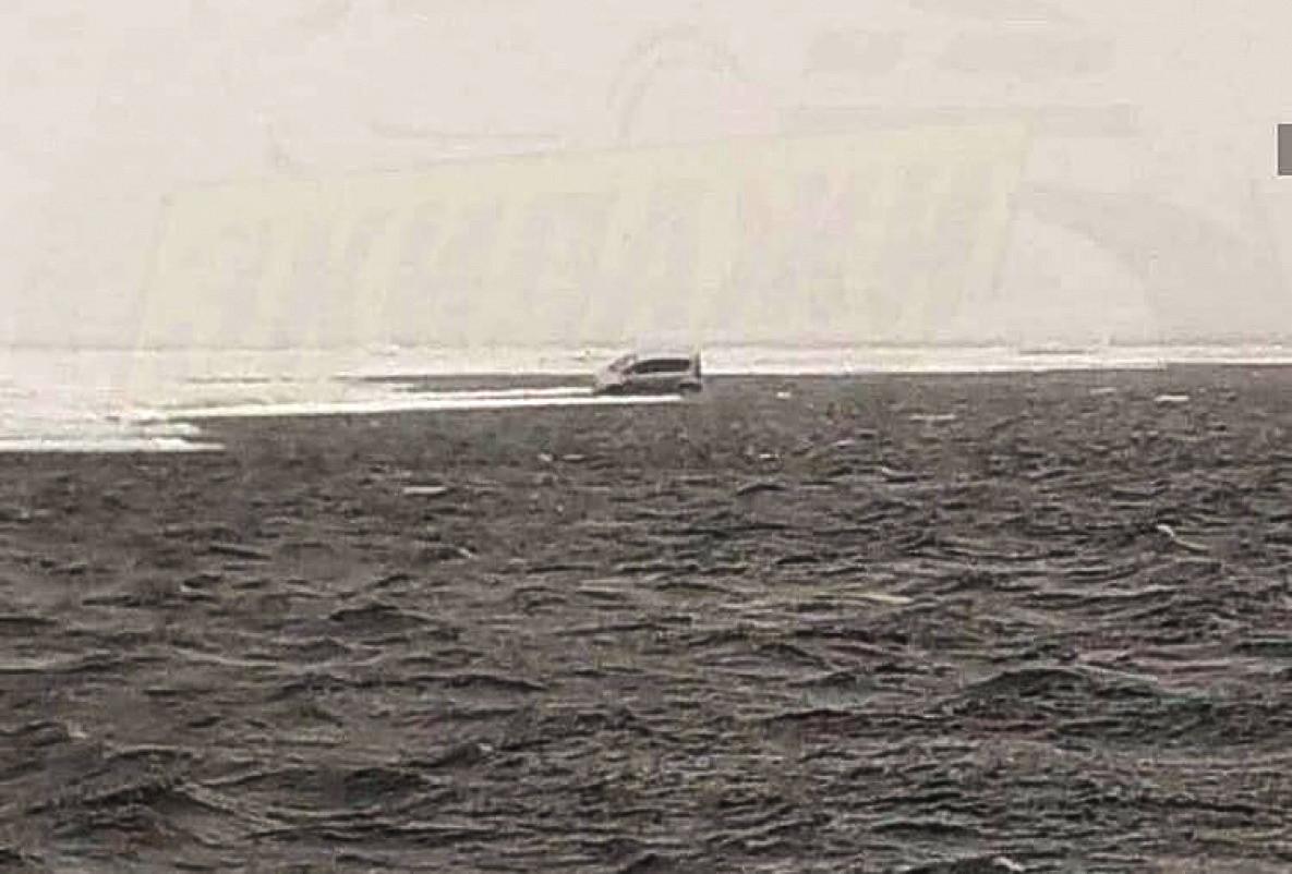 Брошенный рыбаком автомобиль дрейфует на льдине в Японию