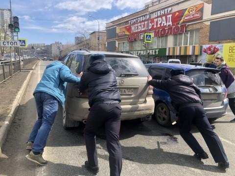 Сотрудники ГИБДД спасли элитную иномарку во Владивостоке