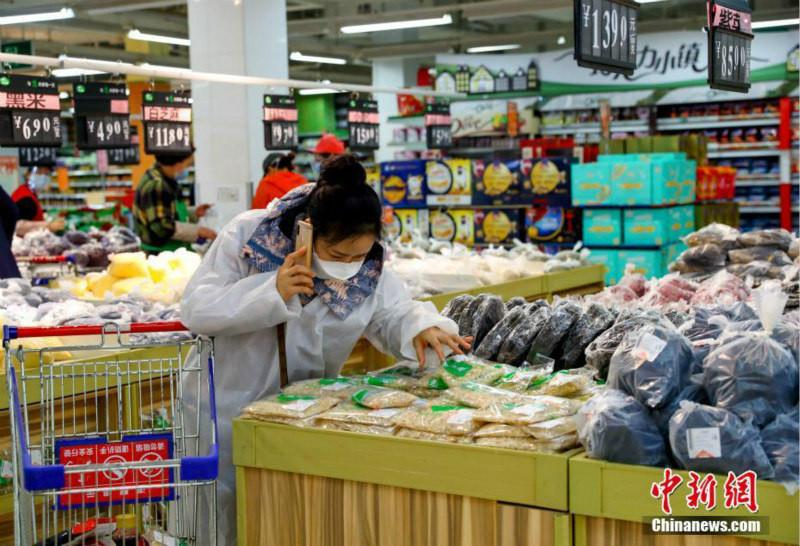 Жители Уханя начинают ходить по магазинам
