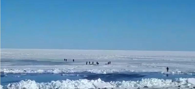 Приморские спасатели вытащили с уплывшей льдины 16 рыбаков