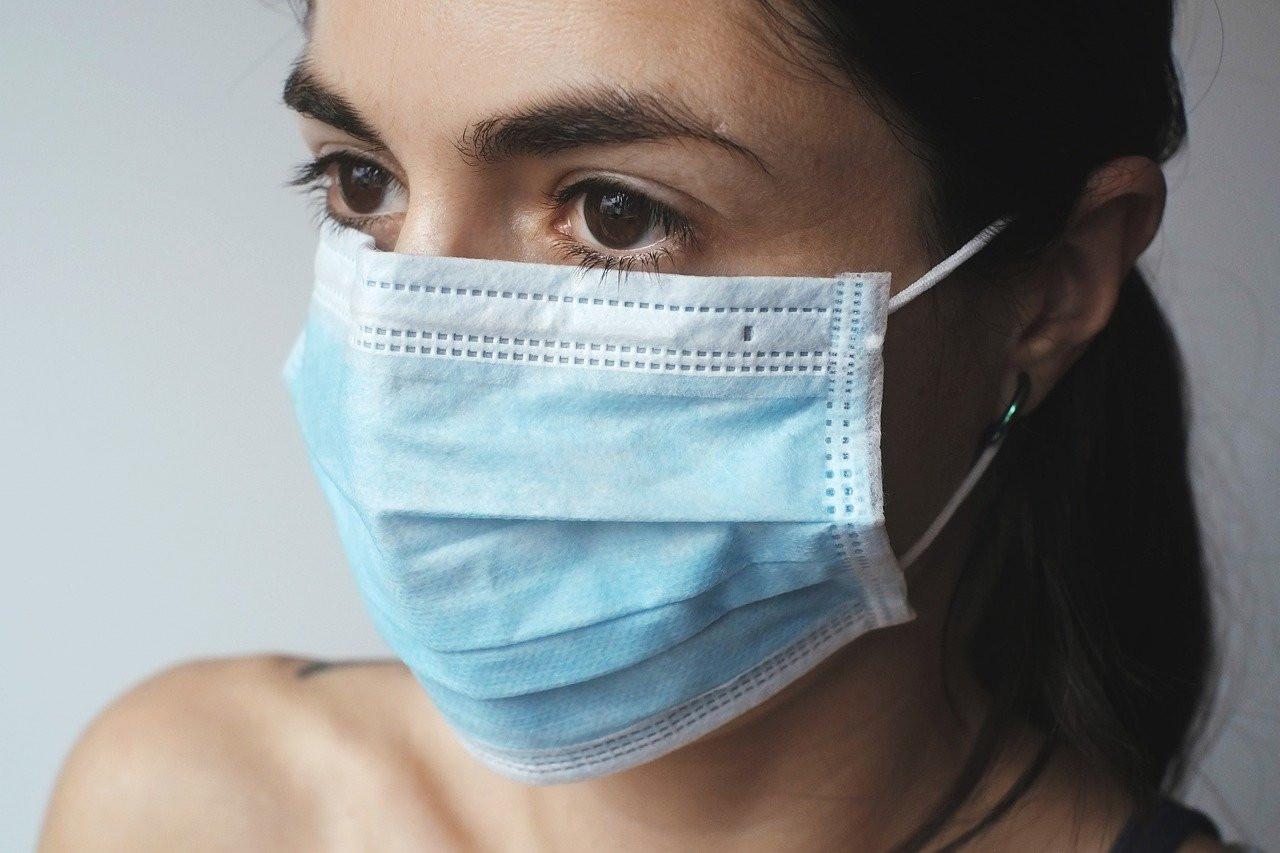 Голые, но защищенные: чешских нудистов заставили надеть маски