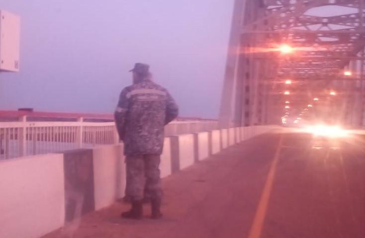 Грустный юноша пришел на мост, но был спасен