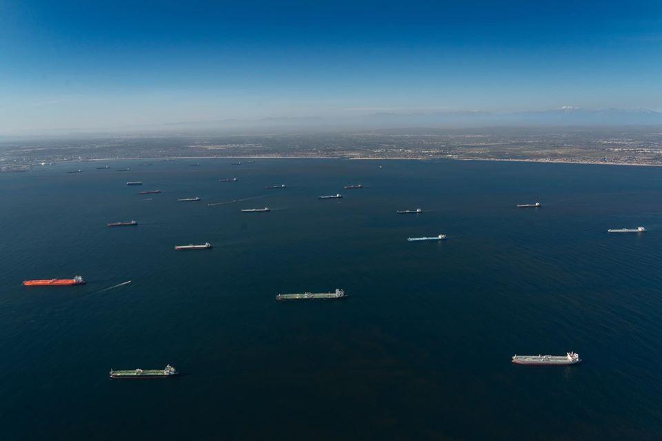 Нефтяные танкеры концентрируются у Калифорнии