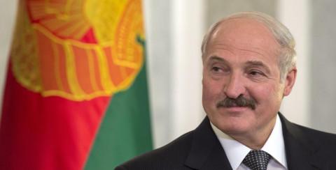 Лукашенко призвал не целовать чужих женщин