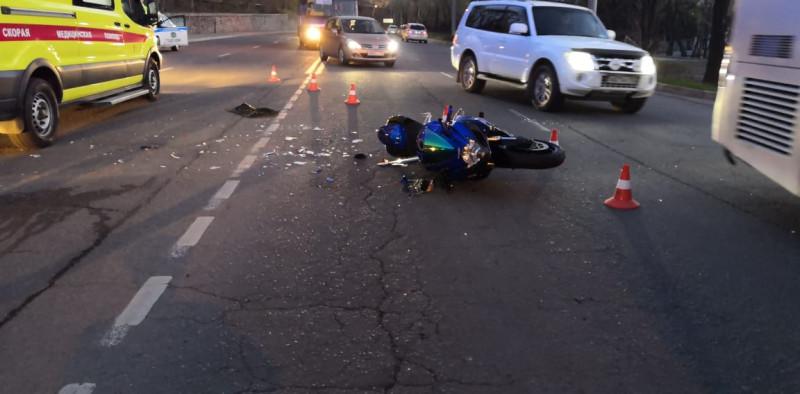 Мотоциклист «догнал» такси и погиб в центре Владивостока
