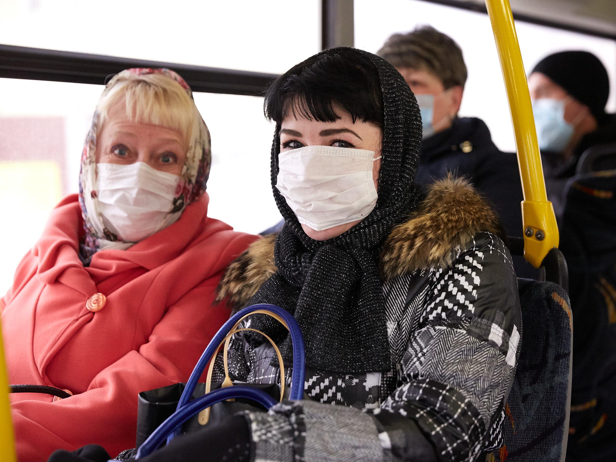 Как носить маску в дождь, подсказал иммунолог