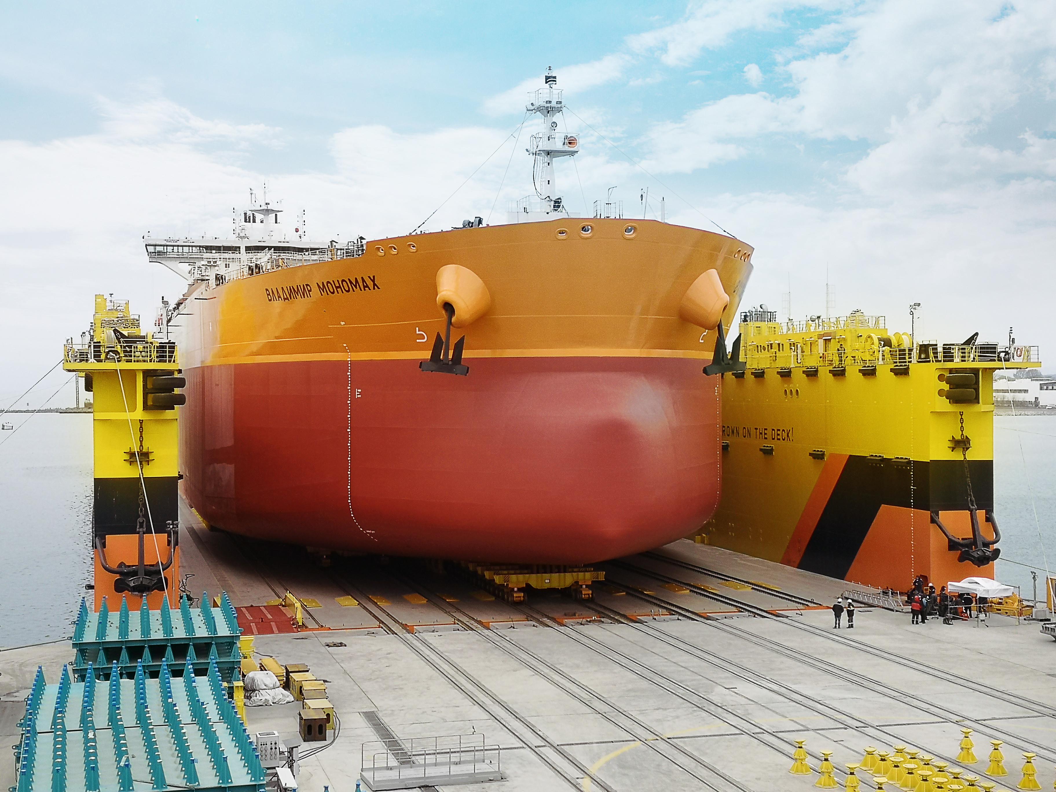 Судоверфь «Звезда» спустила на воду первый российский «Афрамакс»