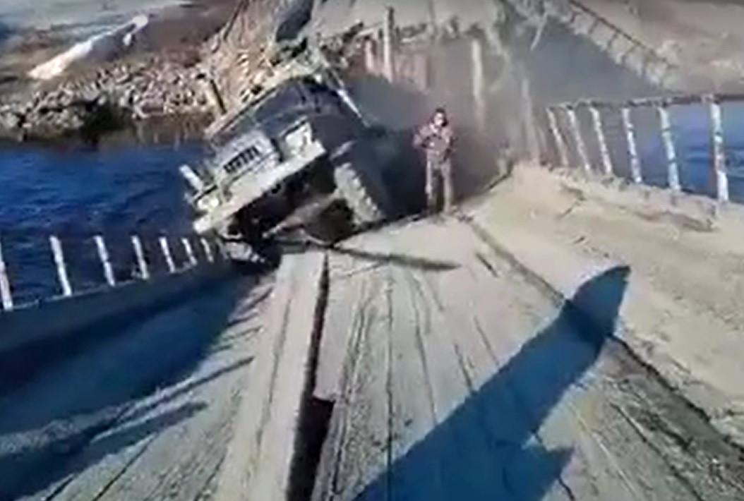 На Ямале грузовик обрушил мост