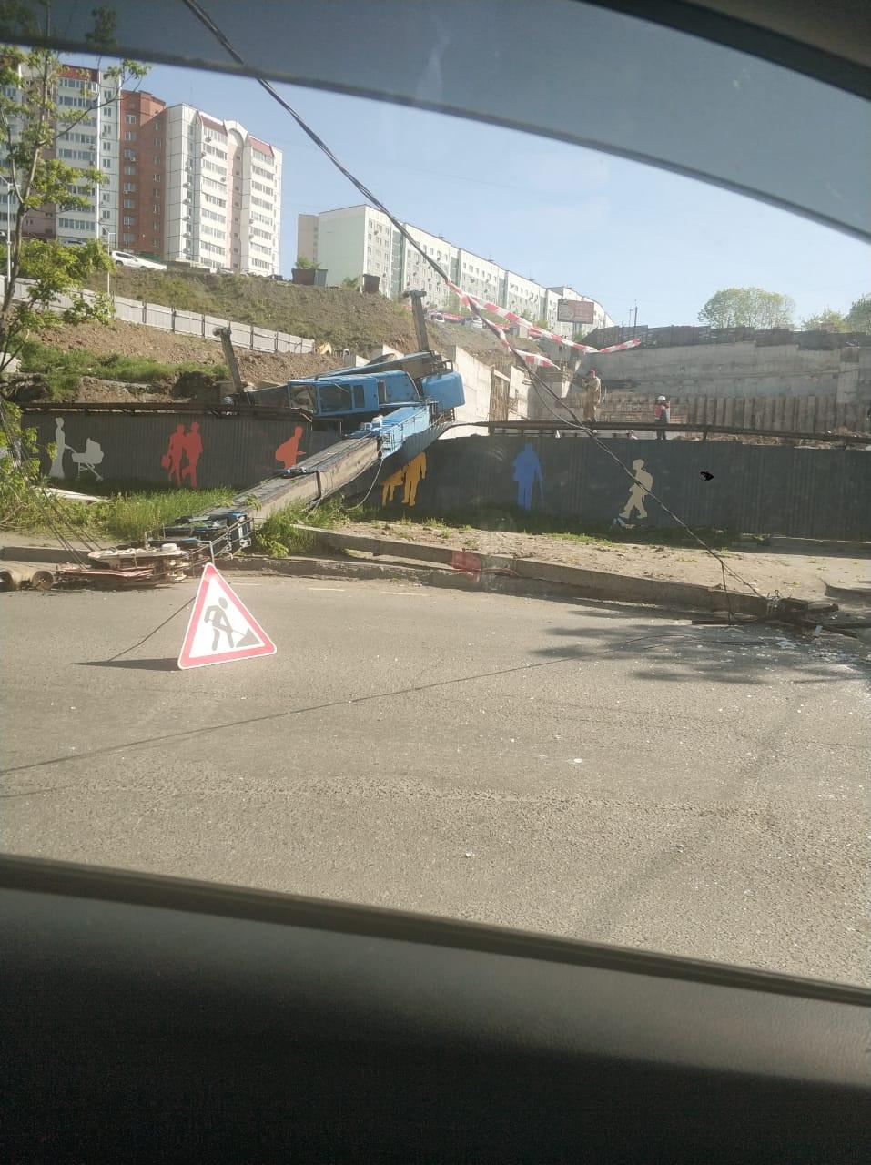 Строительный кран упал и переломал забор во Владивостоке