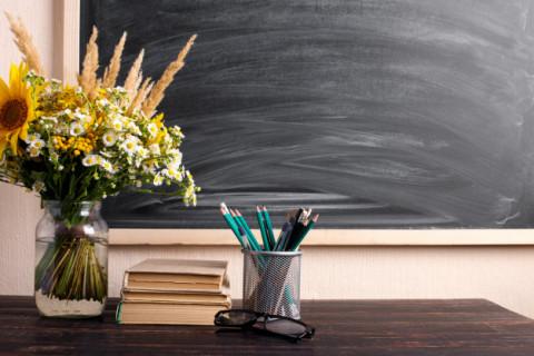 Как поздравить учителя и выпускника с окончанием школы