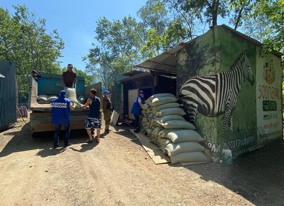 Еще две тонны зерна передали волонтеры зоопарку «Садгород»