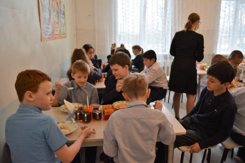 Качество школьного питания проверяют в Приморье
