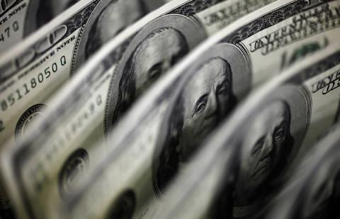 Евро и доллар продолжают резко расти