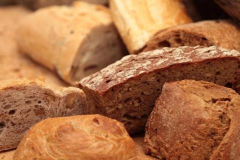 Дожили: в России будут делать хлеб из тараканов