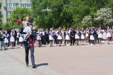 Министр образования Приморского края поздравила выпускников школы №25 Уссурийска