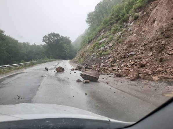 Обвал: стихия обрушилась на приморские дороги