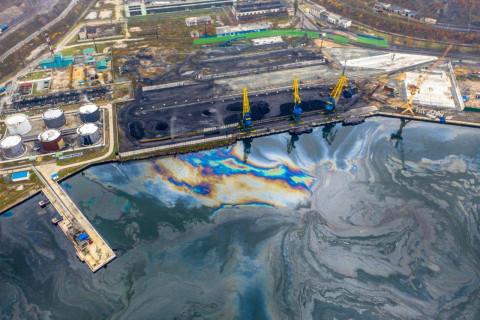 Разлив нефтепродуктов произошёл в порту Находки