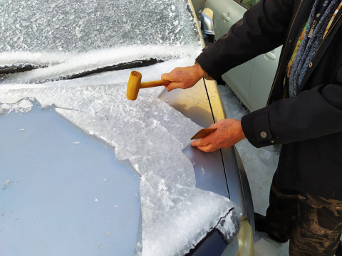 Много льда, молотков и очереди: как живет Владивосток после ледяного шторма