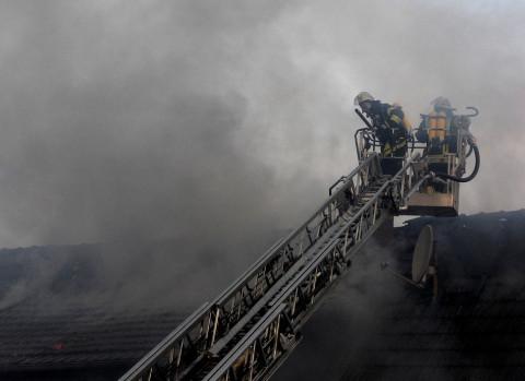 Аварийный дом сгорел на Сахалине с женщиной и ребёнком