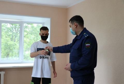 Дети-сироты получают ключи от квартир в Уссурийске