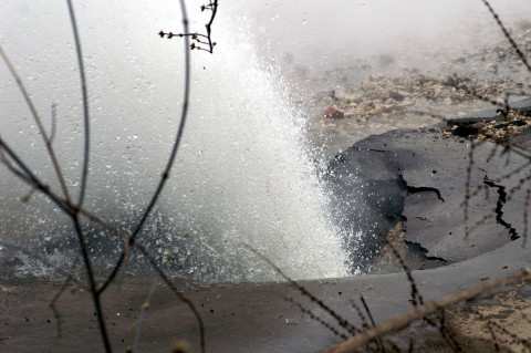 Дороги Владивостока залило кипятком из-за прорывов на теплотрассе