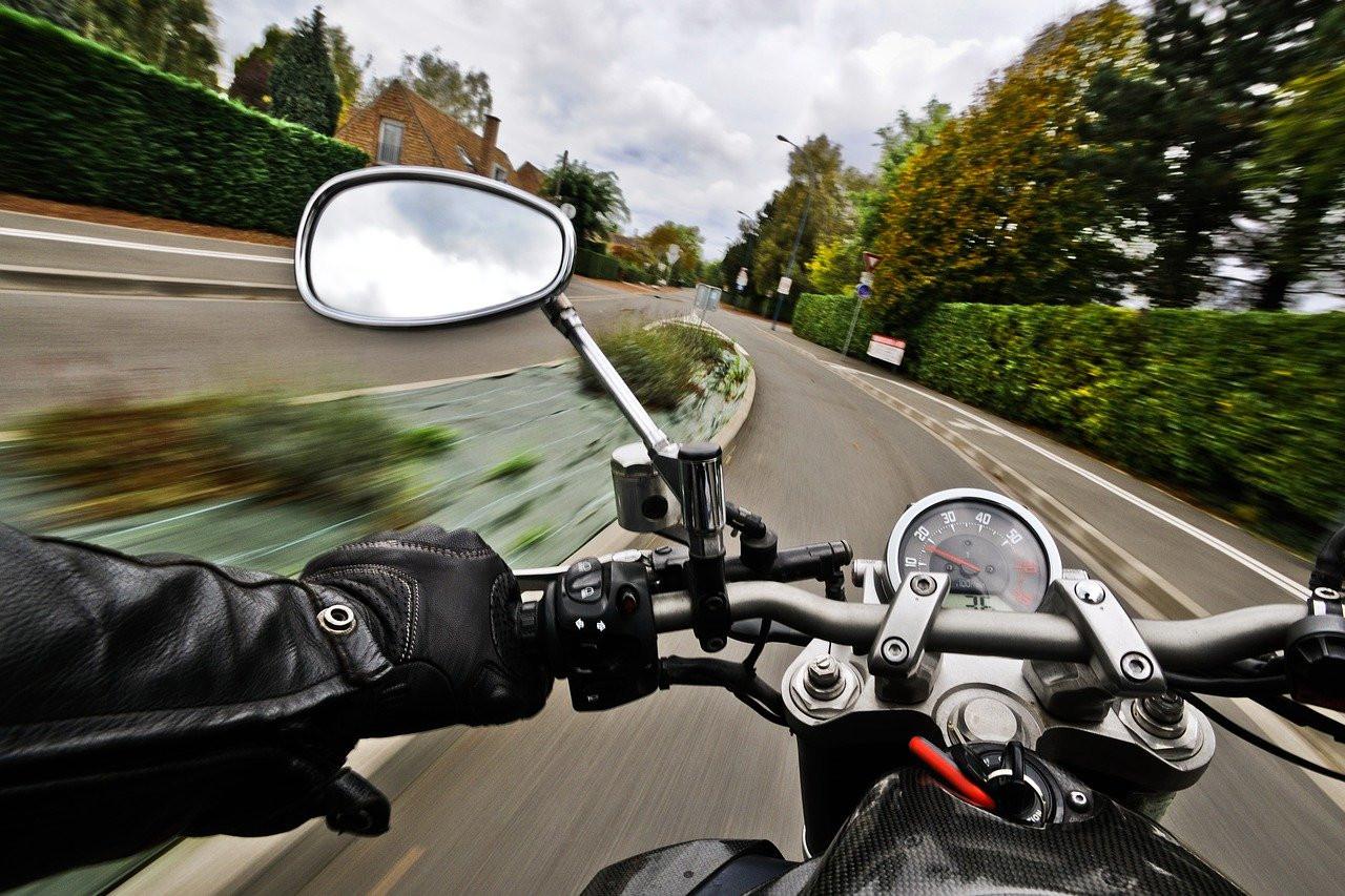 Мотоциклистов хотят штрафовать и лишать прав за такую езду