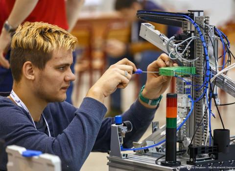 Приморские школьники проводят «Инженерные каникулы» в мобильном технопарке