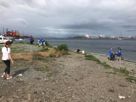 Владивостокские волонтеры отметили День флага субботниками на городских пляжах