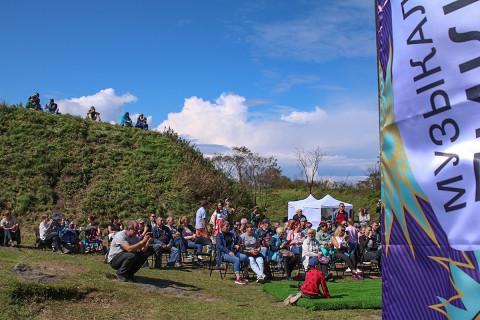 Живая музыка и экскурсии: как прошел Музыкальный пикник на Владивостокской крепости