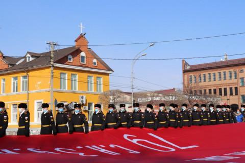 Огромное знамя Победы развернули в Приморье