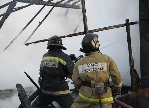 Пожарные спасли мужчину из объятого пламенем дома
