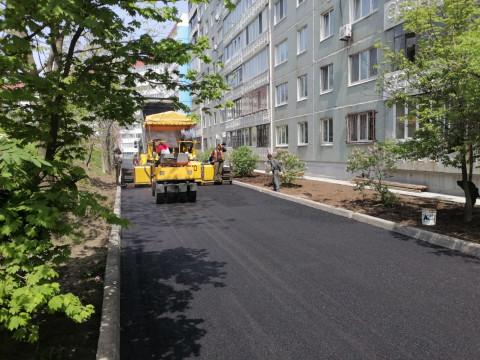 В двух дворах Владивостока появился новый асфальт: семь еще на подходе