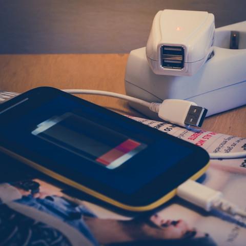 Эксперт развеял мифы о зарядке смартфонов