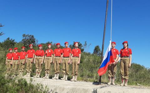 Юнармейцы Приморья отметили день флага России патриотической акцией
