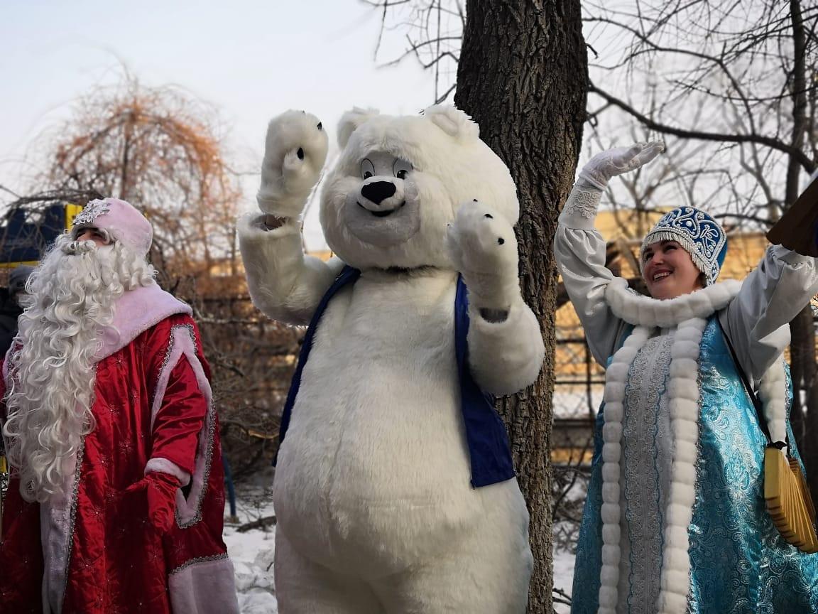 Партийная акция «Новогодние окна чудес» порадовала юных приморцев