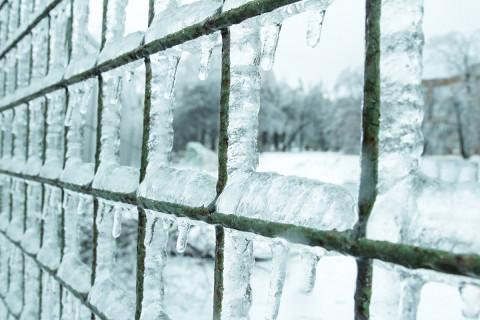 Ледяные глыбы падают во Владивостоке на людей и машины