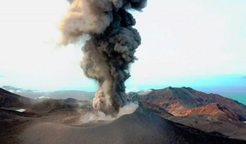 Выброс пепла из жерла вулкана произошел на Курилах